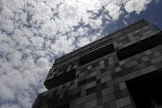 La casa matriz de Petrobras en Río de Janeiro, dic 17, 2015. Los esfuerzos de los mayores exportadores mundiales de petróleo por reducir la producción e impulsar los precios podrían alentar a las firmas de esquisto de Estados Unidos a aumentar su propio bombeo, limitando cualquier alza significativa en los valores del crudo, dijo el viernes el máximo ejecutivo de la brasileña Petrobras.   REUTERS/Ricardo Moraes