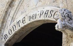 Banca Monte dei Paschi di Siena, la troisième banque italienne en grande difficulté, a dit vendredi que, selon des données encore provisoires, son offre de conversion en actions de 4,3 milliards d'euros de titres de dettes lui avait permis de lever plus d'un milliard d'euros. /Photo d'archives/REUTERS/Stefano Rellandini