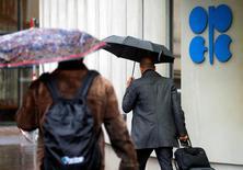 Люди проходят мимо здания ОПЕК в Вене 4 октября 2016 года. Страны ОПЕК и не входящие в картель государства могут согласовать договор о сокращении нефтедобычи на встрече в Вене 10 декабря, сообщили два источника в субботу. REUTERS/Heinz-Peter Bader