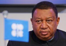 Мухаммед Баркиндо на пресс-конференции после встречи ОПЕК в Вене. Страны ОПЕК и не входящие в картель государства окончательно согласуют глобальный договор о сокращении нефтедобычи 10 декабря в Вене в рамках первой подобной встречи с 2002 года, сказал генсек ОПЕК в понедельник.  REUTERS/Heinz-Peter Bader