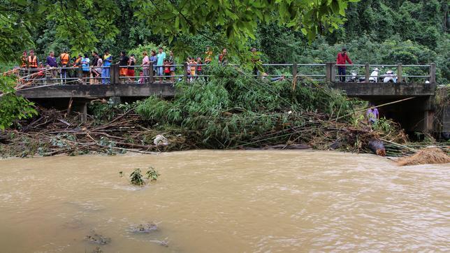 12月6日、タイ南部で大雨による洪水が発生し、14人が死亡した。写真は4日、南部ナコーンシータンマラート県で撮影(2016年 ロイター/Dailynews/via REUTERS)