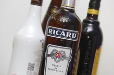 Pernod Ricard a mis en oeuvre des plans d'actions qui lui permettront d'atteindre son objectif de croissance d'environ 5% aux Etats-Unis pour son exercice décalé 2016-2017. /Photo d'archives/REUTERS/Jacky Naegelen