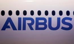 Airbus a annoncé mardi avoir engrangé 410 commandes nettes sur les 11 premiers mois de l'année, dont 33 de son nouveau long-courrier A350 et aucune de l'A380 dont l'avionneur compte à terme réduire la production. /Photo prise le 24 novembre 2016/REUTERS/Régis Duvignau