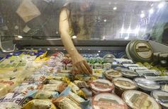 Молочные продукты на ярмарке в Москве. Глазированные сырки в этом году показали самый сильный рост популярности у россиян среди всех молочных продуктов, позволяя экономить на более дорогих десертах в кризис, сообщила занимающаяся изучением потребительского спроса компания Nielsen. REUTERS/Sergei Karpukhin (RUSSIA - Tags: FOOD BUSINESS POLITICS)