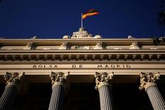 El Ibex-35 cerró el martes con su mayor alza en cinco meses gracias al fuerte impulso de los bancos, que se movieron en línea con el resto del sector en Europa gracias a un repunte de la banca italiana tras el desenlace de un referéndum y a dos días de una esperada reunión del Banco Central Europeo (BCE). En la imagen de archivo, una bandera española en la Bolsa de Madrid. REUTERS/Juan Medina - RTX2F7UA