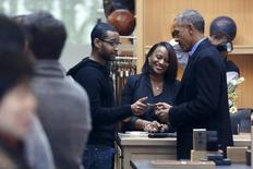 U.S. President Barack Obama (R) uses a credit card to buy an item at the Shinola watchmakers flagship store in Detroit, Michigan January 20, 2016. REUTERS/Jonathan Ernst