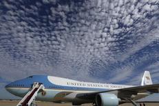 Donald Trump a appelé mardi l'administration américaine à renoncer au remplacement de l'avion présidentiel Air Force One, qu'il juge trop coûteux, avançant un montant de quatre milliards de dollars que conteste la Maison blanche. La valeur totale du nouveau contrat avec Boeing n'a pas été dévoilée, mais l'armée de l'air a fait savoir qu'elle avait provisionné 1,65 milliard de dollars pour le remplacement de deux avions. /Photo d'archives/REUTERS/Larry Downing