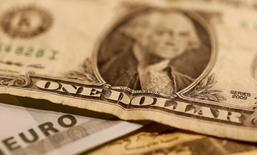 Купюры валют евро и доллар США 19 октября 2016 года. Евро и доллар не демонстрируют заметных изменений в среду, трейдеры взяли паузу в ожидании исхода заседания Европейского центробанка по вопросам денежно-кредитной политики в четверг, которое может задать тон торгам на валютных рынках после резких колебаний в преддверии выборов в США в ноябре.   REUTERS/Leonhard Foeger