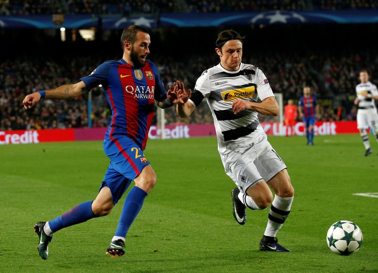 Football Soccer - FC Barcelona v Borussia Moenchengladbach - UEFA Champions League Group Stage - Group C - Camp Nou stadium, Barcelona, Spain - 6/12/2016 - Barcelona's Aleix Vidal and Borussia Moenchengladbach's Nico Schulz in action. REUTERS/ Albert Gea