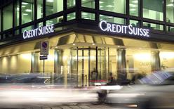 El logo de Credit Suisse en su sede central en Milán, Italia, 9 de marzo, 2016. Credit Suisse anunció el miércoles más de 1.000 millones de francos suizos (991 millones de dólares) en recortes adicionales de costos en momentos en que su presidente ejecutivo, Tidjane Thiam, trata de compensar unas condiciones que han dificultado la reestructuración del prestamista.    REUTERS/Stefano Rellandini/File Photo