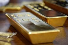 Слитки золота в хранилище НБ Казахстана в Алма-Ате 30 сентября 2016 года. Цена золота в среду стабилизировалась из-за предположений инвесторов о том, что недавние усиление доллара, рост аппетита к риску и ожидания повышения процентных ставок США на следующей неделе уже заложены в цену. REUTERS/Mariya Gordeyeva