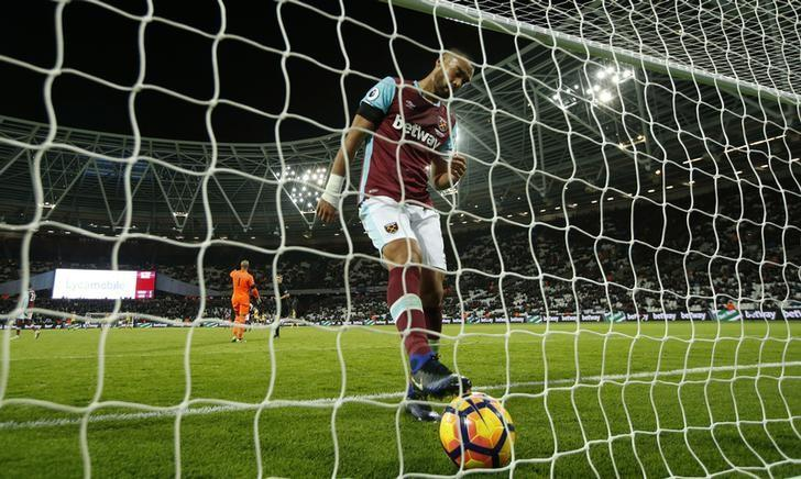 Britain Football Soccer - West Ham United v Arsenal - Premier League - London Stadium - 3/12/16 West Ham United's Winston Reid looks dejected after Arsenal's Alexis Sanchez scores their fifth goal to complete his hat trick  Action Images via Reuters / John Sibley/Livepic/Files