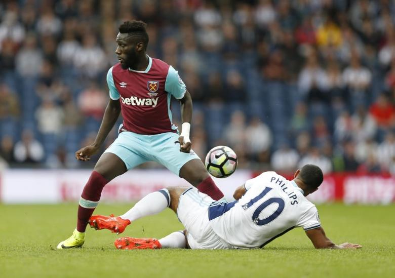 Football Soccer Britain - West Bromwich Albion v West Ham United - Premier League - The Hawthorns - 17/9/16West Ham United's Arthur Masuaku in action with West Bromwich Albion's Matt Phillips Action Images via Reuters / Matthew Childs