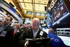 La Bourse de New York évolue mercredi sans grand changement dans les premiers échanges, les indices reprenant leur souffle après avoir battu des records en série depuis la victoire de Donald Trump à l'élection présidentielle du 8 novembre. Le Dow Jones, qui a fini mardi sur un énième record de clôture, cède 7 points, soit 0,04%, à 19.244,78 quelques minutes après l'ouverture. /Photo prise le 2 décembre 2016/REUTERS/Brendan McDermid