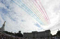 General Sport - Beijing to London - Olympic Handover Celebrations - The Visa 2012 Party - London - 24/8/08  The Red Arrows fly over Buckingham Palace during the Olympic Handover Celebrations  Mandatory Credit: Action Images / Paul Childs  Livepic