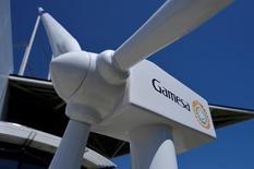 El regulador bursátil español falló el miércoles que Siemens Wind Power no tendrá que lanzar una opa dirigida a los accionistas minoritarios de Gamesa en el marco de su fusión con el grupo eólico español. En la imagen, un modelo de una turbina con el logo de Gamesa cerca de la sede de la compañía en Zamudio el 22 de junio de 2016. REUTERS/Vincent West