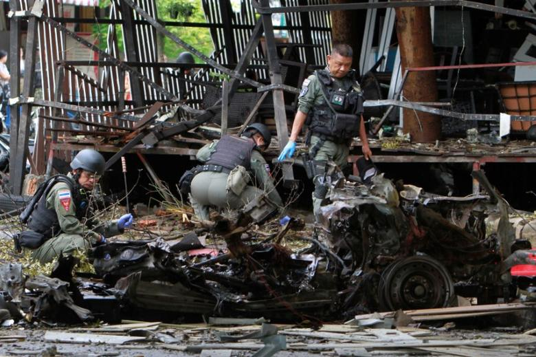 Thai soldiers inspect the scene of a car bomb blast outside a hotel in the southern province of Pattani, Thailand August 24, 2016. REUTERS/Surapan Boonthanom