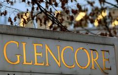 Логотип Glencore у штаб-квартиры компании в швейцарском городе Бар. 20 ноября 2012 года. Швейцарский сырьевой трейдер Glencore сообщил, что заключит сделку о покупке нефти у Роснефти в рамках решения российских властей продать долю в своей крупнейшей нефтекомпании; при этом Glencore вложит в сделку ограниченное число своих акций. REUTERS/Arnd Wiegmann/File Photo