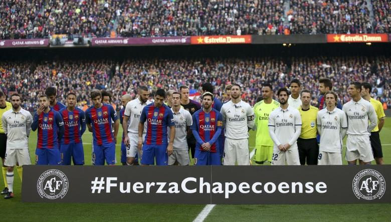 Football Soccer - Barcelona v Real Madrid - Spanish La Liga Santander- Nou Camp Stadium, Barcelona, Spain - 3/12/16. Players observe a moment of silence as respect for the victims of the Colombia plane crash containing the Chapecoense players and staff  before the ''Clasico''.    REUTERS/Sergio Perez