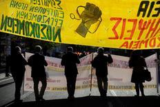 Los griegos hacían huelga el jueves en protesta por la prevista reforma laboral y los dolorosos recortes que exigen al país la Unión Europea y el Fondo Monetario Internacional dentro de una crucial revisión del plan de rescate.   En la imagen, un grupo de manifestantes en Atenas el 8 de diciembre de 2016. REUTERS/Michalis Karagiannis