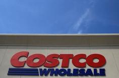 Costco Wholesale, à suivre à Wall Street, a fait état mercredi d'un bénéfice trimestriel supérieur aux attentes, à la faveur d'une hausse de la rentabilité de ses ventes de produits alimentaires frais et d'une baisse des redevances versées à son partenaire de cartes de crédit Visa. Le titre de la chaîne d'entrepôts gagne 1,1% en avant-Bourse. /Photo d'archives/REUTERS/Jim Young
