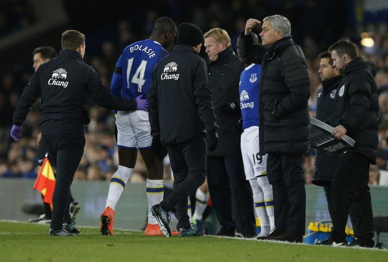 Football Soccer Britain - Everton v Manchester United - Premier League - Goodison Park - 4/12/16 Everton's Enner Valencia  comes on as a substitute to replace Yannick Bolasie as manager Ronald Koeman and Manchester United manager Jose Mourinho look on Reuters / Andrew Yates Livepic