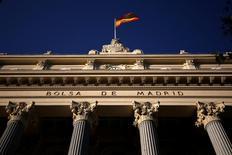 El Ibex-35 terminó con alza superior al dos por ciento impulsado por el avance de la banca, que acogió favorablemente la decisión del Banco Central Europeo de recortar su programa de compra de bonos a partir del próximo mes de abril. En la imagen, una bandera española ondea en lo alto del edificio de la Bolsa de Madrid el 1 de junio de 2016. REUTERS/Juan Medina