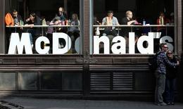 Un restaurant McDonalds, à Londres. McDonald's a annoncé jeudi qu'il transfèrerait sa holding d'optimisation fiscale européenne du Luxembourg au Royaume-Uni. /Photo d'archives/REUTERS/Chris Helgren