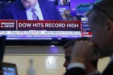 Wall Street a fini sur de nouveaux records jeudi, couronnant un mois de hausse quasi continue depuis la victoire de Donald Trump à l'élection présidentielle. Le Dow Jones des 30 grandes valeurs a gagné 65,19 points ou 0,33% à 19.614,81, sa première clôture au-dessus des 19.600 points, après être monté en séance jusqu'à 19.664,97. Le Nasdaq Composite a avancé de son côté de 23,59 points (0,44%) à 5.417,36, là aussi une clôture inédite. /Photo prise le 8 décembre 2016/REUTERS/Brendan McDermid