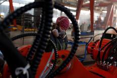 Los precios a la producción de China crecieron en noviembre a su ritmo más acelerado en más de cinco años tras un repunte en los valores del carbón, el acero y otros materiales de construcción, lo que aumentó las ganancias industriales y brindó a las empresas más dinero en efectivo para pagar sus deudas. En la imagen, una mujer trabaja en la fábrica de Tianye Tolian Heavy Industry Co. en Qinhuangdao, China, el 2 de diciembre de 2016.   REUTERS/Thomas Peter