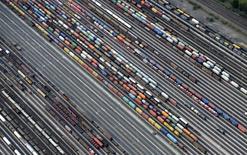 Les exportations allemandes ont progressé moins que prévu en octobre et ne devraient pas apporter de contribution significative a la croissance de la première économie d'Europe au dernier trimestre. /Photo d'archives/REUTERS/Fabian Bimmer