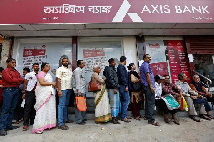 People queue outside a bank to withdraw cash and deposit their old high denomination banknotes in Kolkata, India November 30, 2016. REUTERS/Rupak De Chowdhuri