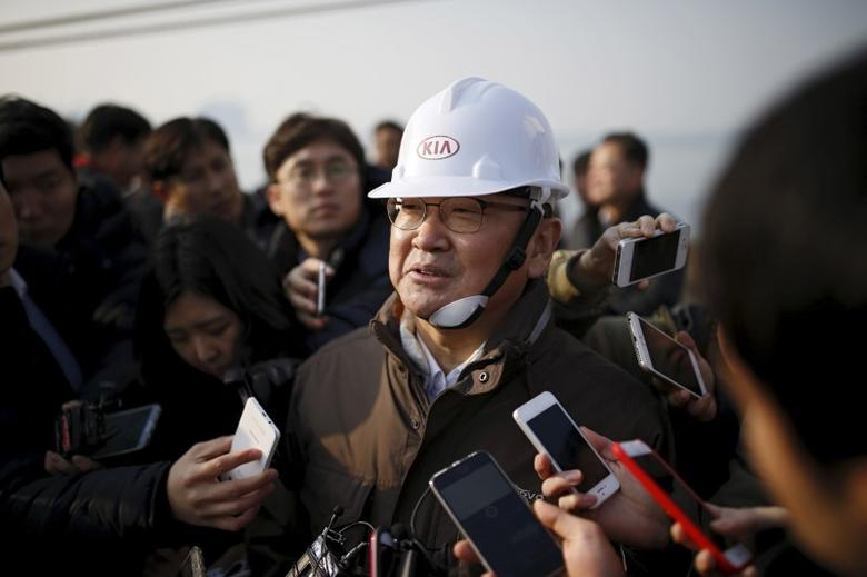 South Korea's finance minister Yoo Il-ho answers questions from reporters during his visit to a port in Pyeongtaek, South Korea, January 15, 2016.  REUTERS/Kim Hong-Ji