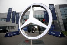 Mercedes-Benz, filiale de Daimler, est près de ravir à BMW la première place mondiale dans les voitures de luxe, suivant les chiffres de vente de novembre publiés lundi. /Photo prise le 17 novembre 2016/REUTERS/Jason Lee