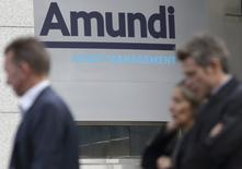 Amundi a franchi lundi une étape importante de son développement en annonçant le rachat pour 3,545 milliards d'euros de l'italien Pioneer, une transaction qui gonflera de plus de 20% ses actifs sous gestion, à 1.276 milliards d'euros. /Photo d'archives/REUTERS/Philippe Wojazer