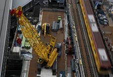 En la imagen de archivo se ve maquinaria pesada en una obra en Tokio, el 13 de marzo de 2016. Los pedidos de maquinaria en Japón subieron en octubre, su primer alza en tres meses, mostraron datos del Gobierno que ofrecen una señal provisional de un repunte en la inversión. REUTERS/Yuya Shino