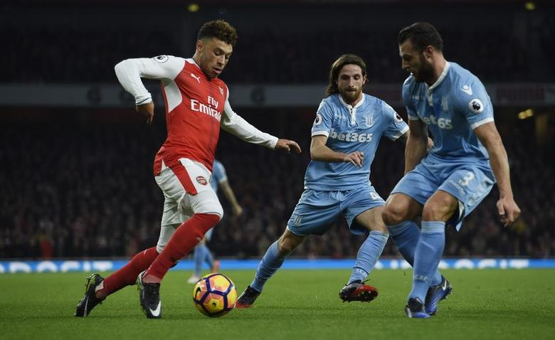 Alex Oxlade-Chamberlain in action with Stoke City's Joe Allen and Erik Pieters. Arsenal v Stoke City - Premier League - Emirates Stadium - 10/12/16 Arsenal's.   Reuters / Clodagh Kilcoyne Livepic