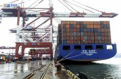 Un barco es cargado con containers en el puerto de Qingdao, en la provincia de Shandong, China,1 de septiembre 2015. China dijo el lunes que inició un caso en la Organización Mundial de Comercio (OMC) para resolver una disputa con Estados Unidos y la Unión Europea, por el uso que hacen de la modalidad de país de referencia para calcular medidas antidumping contra exportadores chinos. REUTERS/Stringer