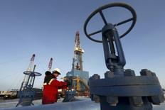 Рабочий на Имилорском месторождении Лукойла под Когалымом 25 января 2016 года. Цены на нефть в понедельник обновили полуторагодовой максимум и выросли на 6,5 процента после того, как ОПЕК и не входящие в нефтекартель государства заключилисоглашение о сокращении добычи. REUTERS/Sergei Karpukhin/Files