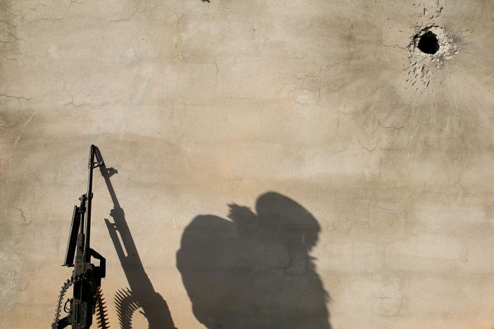 The shadow of a member of the Iraqi Army is cast on a wall during clashes with Islamic State militants at the south of Mosul, Iraq December 12, 2016. REUTERS/Ammar Awad