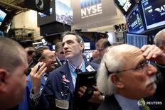 Трейдеры на торгах Нью-Йоркской фондовой биржи 9 декабря 2016 года. Американские фондовые индексы S&P 500 и Dow обновили рекорды на торгах понедельника, поддерживаемые ростом энергетических акций, тогда как Nasdaq снижается под давлением технологических бумаг в преддвериии двухдневного заседания Федрезерва. REUTERS/Brendan McDermid