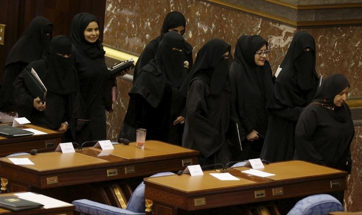 Saudi women members of the Saudi Shura Council, clad in black abayas, attend a session chaired by Saudi Arabia's King Salman, in Riyadh December 23, 2015. REUTERS/Faisal Al Nasser