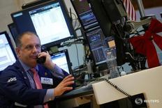 Трейдеры на торгах Нью-Йоркской фондовой биржи 9 декабря 2016 года. Индексы S&P 500 и Nasdaq Composite снизились в понедельник после шести дней роста из-за падения акций технологического сектора, а ралли энергетических акций сошло на нет, так как подъем цен на нефть сократился до менее чем 2 процентов с 6 процентов ранее. REUTERS/Brendan McDermid