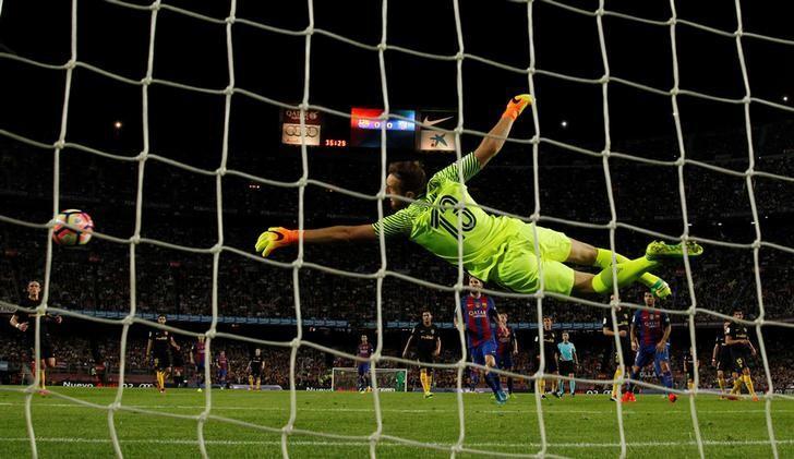 Football Soccer - Barcelona v Atletico Madrid - Spanish La Liga Santander - Camp Nou stadium, Barcelona, Spain - 21/09/16. Atletico Madrid's goalkeeper goalkeeper Jan Oblak in action. REUTERS/Albert Gea/Files