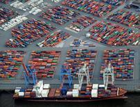 La confianza entre analistas e inversores alemanes era estable en diciembre, según un sondeo publicado el martes, lo que sugiere que el mercado es relativamente optimista sobre las perspectivas de crecimiento para la mayor economía de Europa pese a los riesgos externos crecientes. En la imagen, contenedores en el puerto de Hamburgo el 23 de septiembre de 2012.  REUTERS/Fabian Bimmer/File Photo
