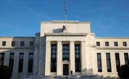 El Ibex-35 aceleraba el martes las subidas a media sesión apoyado en la fortaleza del sector bancario, en una jornada en la que brillaban Mediaset, por el interés de Vivendi en su matriz, y Acciona, tras un cambio de recomendación. En la imagen, un policía frente a la Reserva Federal el 12 de octubre de 2016.   REUTERS/Kevin Lamarque