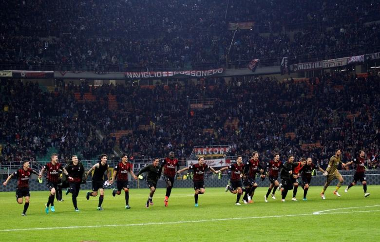 AC Milan's players celebrate after winning the match.  AC Milan v Juventus - San Siro  stadium, Milan  Italy- 22/10/16. REUTERS/Alessandro Garofalo