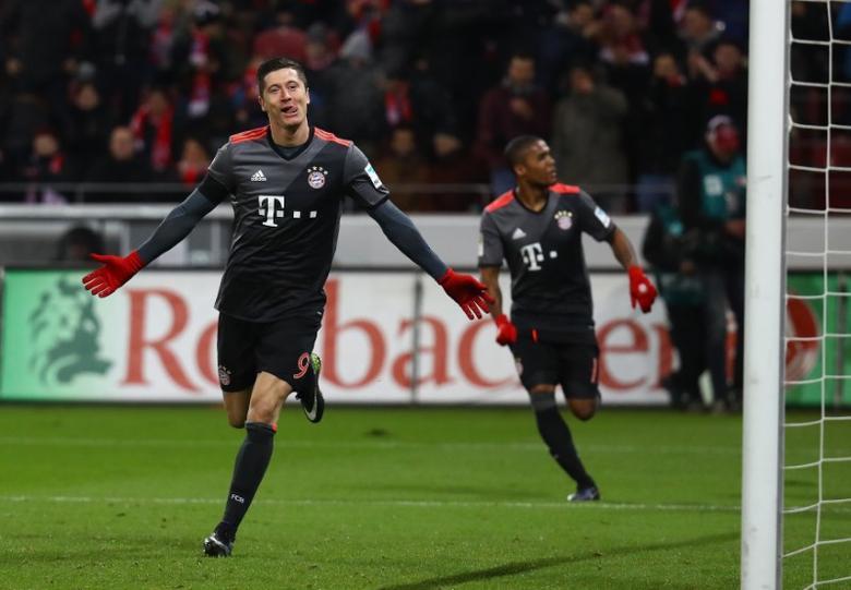 FSV Mainz 05 v Bayern Munich - German Bundesliga - Opel-Arena, Mainz, Germany - 2/12/16 - Bayern Munich's Robert Lewandowski celebrates after scoring a goal.  REUTERS/Kai Pfaffenbach