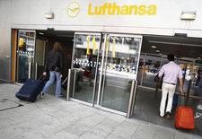 Lufthansa a menacé de réduire certains de ses vols sur l'aéroport de Francfort en raison d'une nouvelle grille tarifaire qu'elle juge trop favorable à ses concurrentes, notamment Ryanair. /Photo d'archives/REUTERS/Lisi Niesner