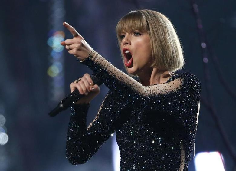 Taylor Swift performs ''Out of the Woods'' at the 58th Grammy Awards in Los Angeles, California February 15, 2016.  REUTERS/Mario Anzuoni/File Photo